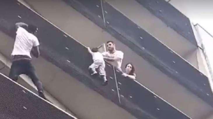 Spiderman din Paris – A escaladat un bloc pentru a salva un copil care atarna la etajul 4