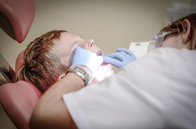 Cum se efectuează procedura de sigilare dentară la copii
